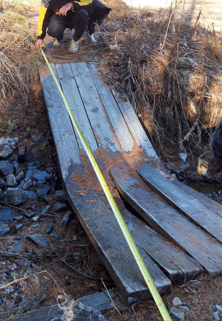 De nombreuses passerelles qui jalonnent le cheminement longeant la rivière en Haute-Clarée ont fait peau neuve cet automne.